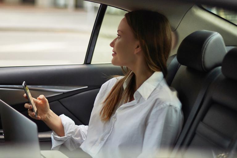 kobieta jadąca taksówką jako pasażer
